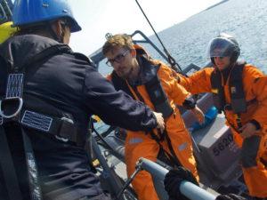 Учения ВМС, подъем спасенных на борт корабля