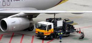 Заправка гражданского самолета топливом