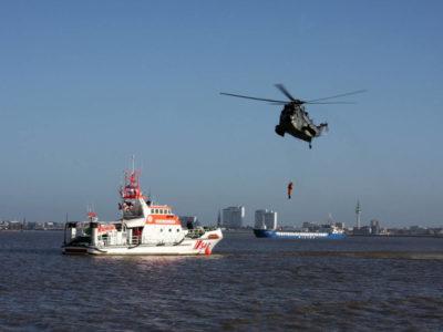 """Вертолет """"Sea King"""" и спасательное судно обеспечения"""