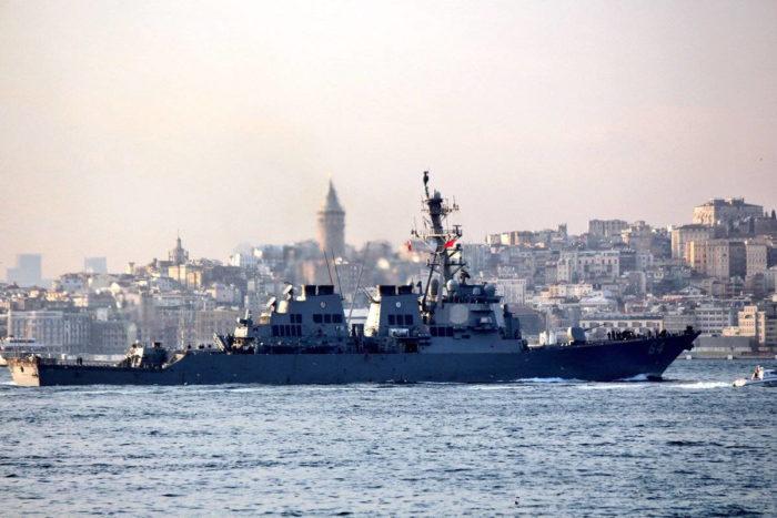 Эсминец ВМС США входит в Черное море