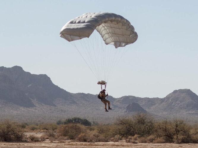 Солдат KSK выполняет прыжок с парашютом