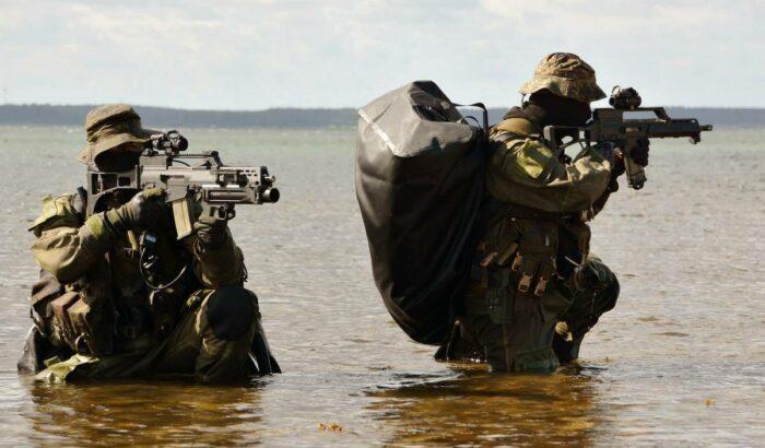 Выход боевых пловцов из воды