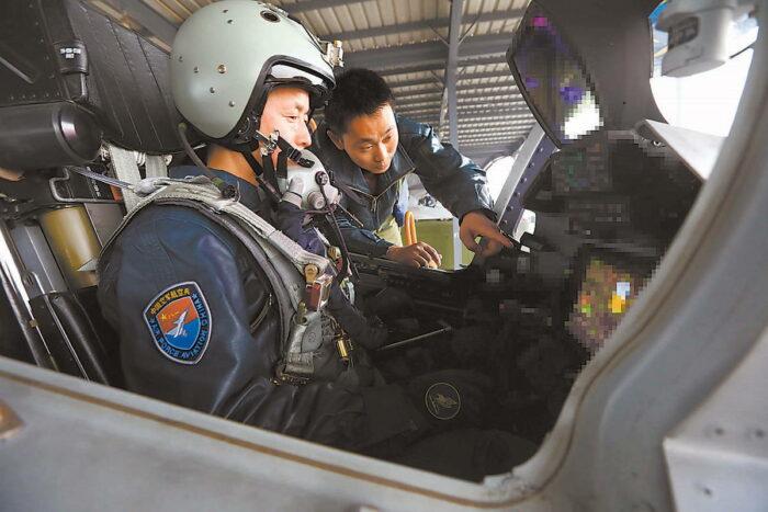 """Пилот в кабине """"Цзянь-16"""""""