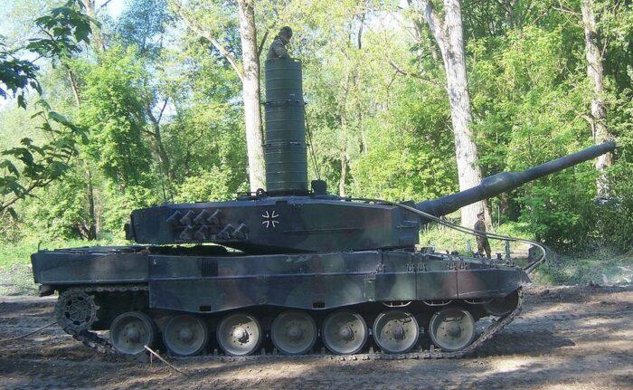 """""""Леопард 2"""" с установленной шахтой для подводного вождения"""