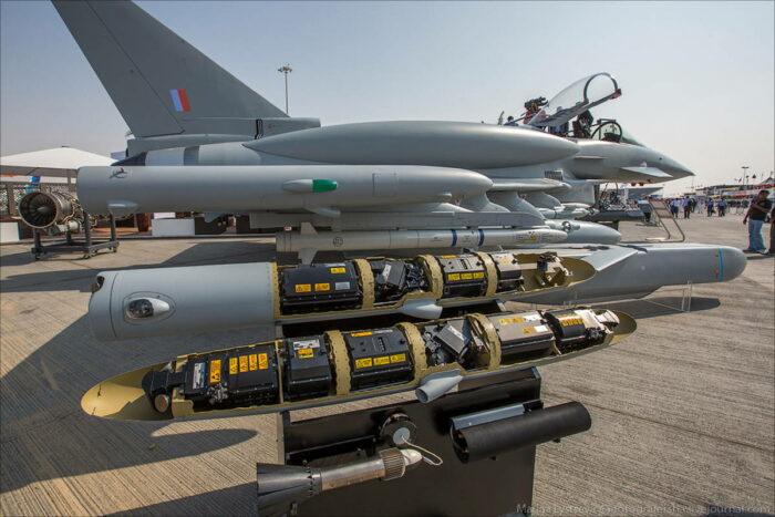"""Концевые контейнеры крыльев """"Еврофайтер Тайфун"""". На переднем плане буксируемый излучатель Ariel Mk II"""