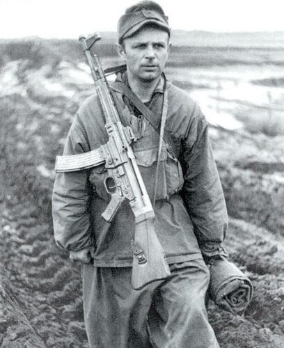 """Пехотинец со """"Штурмовой винтовкой 44"""" на фронте. 1944 г."""