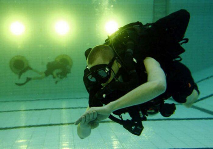 Тренировка боевого пловца в бассейне