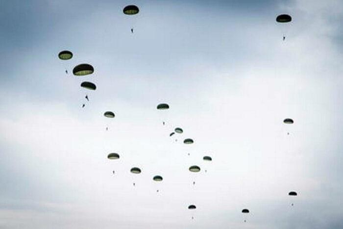 Десантирование парашютистов дивизии сил специальных операций