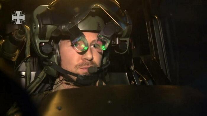 "Пилот ""Тигра"" в шлеме"