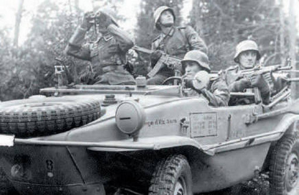"""Пехотинцы дивизии """"Великая Германи"""" в плавающем автомобиле. Солдат на заденем сиденье с новой штурмовой винтовкой"""