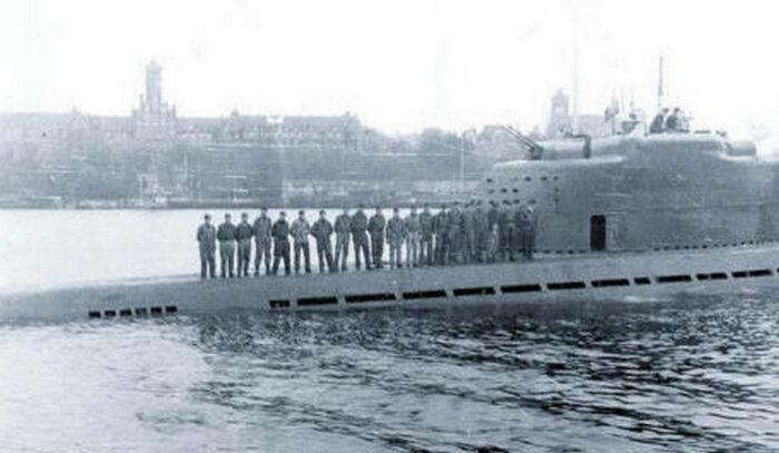 Часть экипажа пл тип XXI на палубе во фьёрде Фленсбург. На заднем плане военно-морское училище Мюрвик