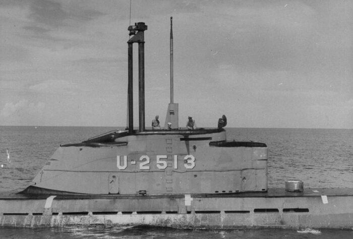 Пл U2513 в открытом море. Хорошо видно поднятое устройство шноркеля