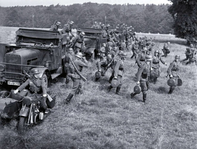 """Предвоенные учения. Солдаты саперной роты, имея по две противотанковые мины """"T-Mine 35"""", разворачиваются для установки минного поля."""