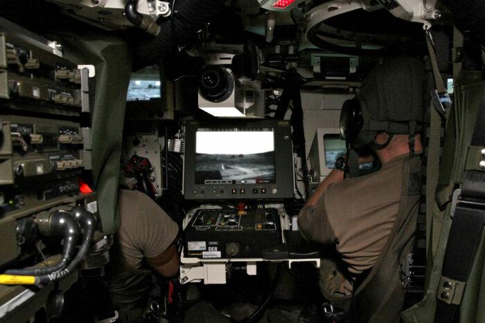 Рабочие места наводчика (слева) и командира отделения (справа)