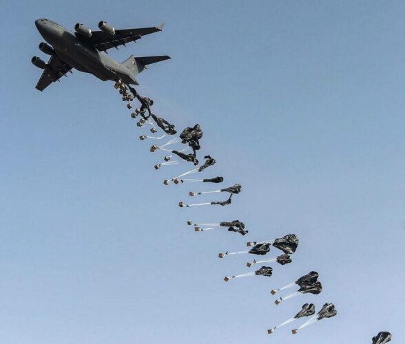 Сброс грузов из самолета  С-17