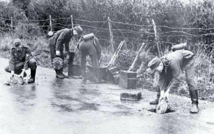 Установка противотанковых мин в тылу Атлантического вала в асфальт вдоль дороги. Весна 1944 г.