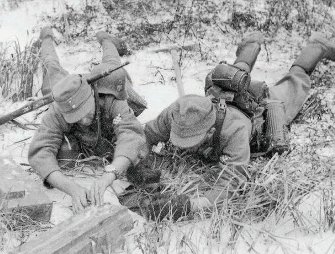 """Обезвреживание советской противотанковой мины в деревянном корпусе солдатами """"Хорватского легиона""""."""