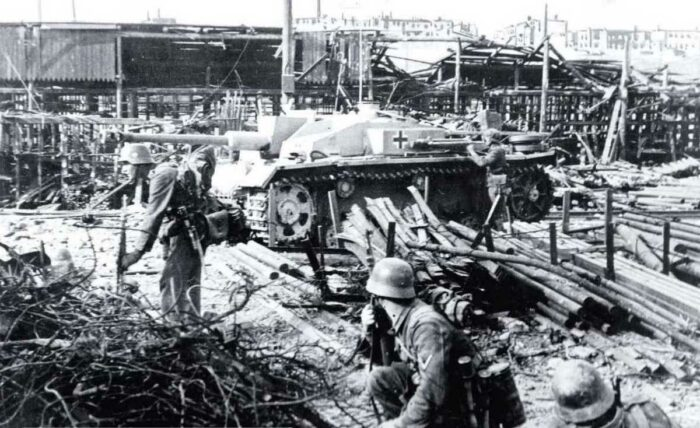 """Штурмовые орудия поддерживали действия пехоты в боях за оружейный завод """"Красная баррикада"""" на севере Сталинграда"""