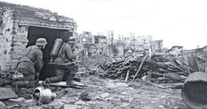 Осторожное продвижение вперед: немецкие саперы с огнеметом. Враги могут скрываться за каждым обломком, в каждой руине