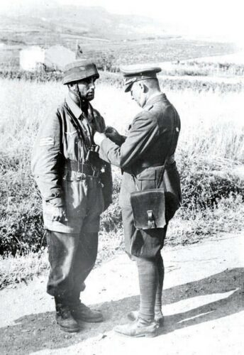 """Генерал К.Штудент вручает """"железный крест"""" за операцию """"Меркурий"""""""