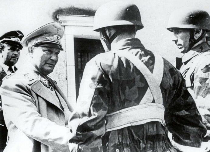 Геринг беседует со своими парашютистами