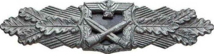Почетный знак за ближний бой. Учрежден  Гитлером в конце ноября 1942 г. Высший знак отличия немецкой пехоты во Второй мировой войне. 1 степень (бронза) вручался за 15 дней ближних боев.