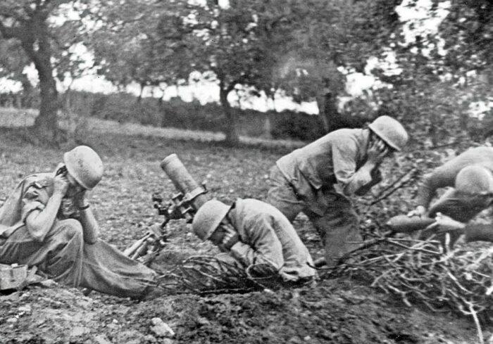 Расчет миномета. Южный фронт 1944 г.