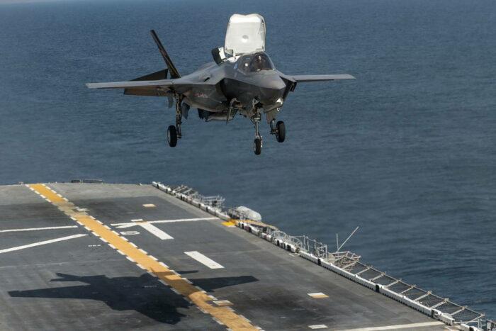 """Тестовая посадка F-35BJ на палубу 24DDH """"Кага"""""""