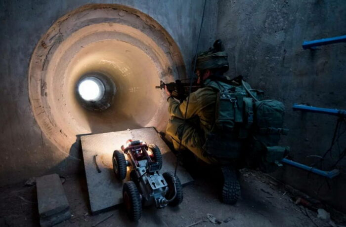 Боец Армии обороны Израиля. Отработка боевых действий в подземных коммуникациях