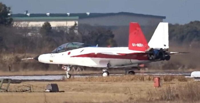 Истребитель X-2 на летном поле