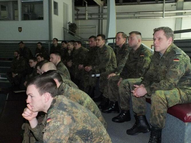 Подготовка младших командиров в брифинг-зале