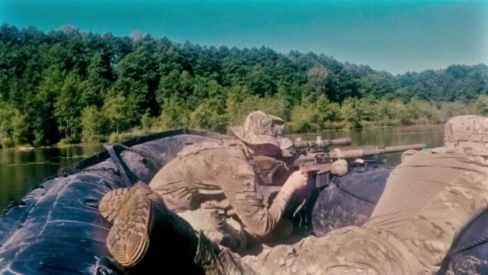 Снайперская группа в надувной лодке
