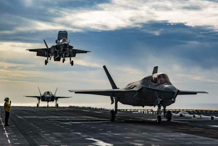 Истребители F-35 на палубе корабля