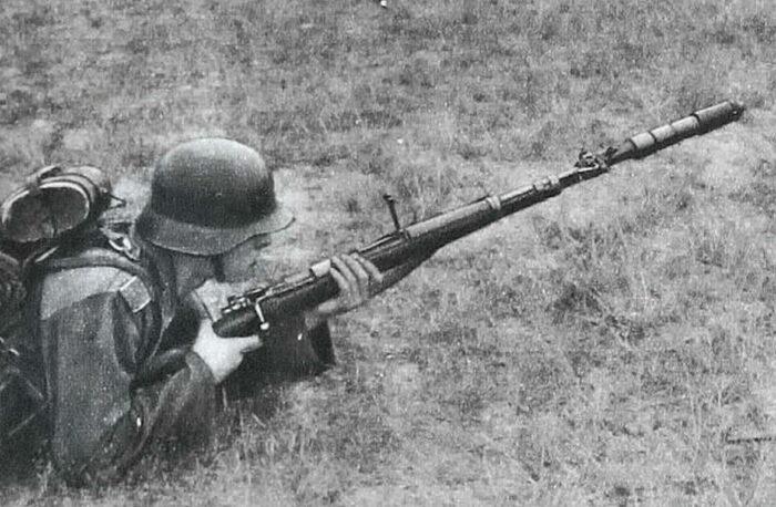 Солдат с винтовочным гранатометом на стволе карабина