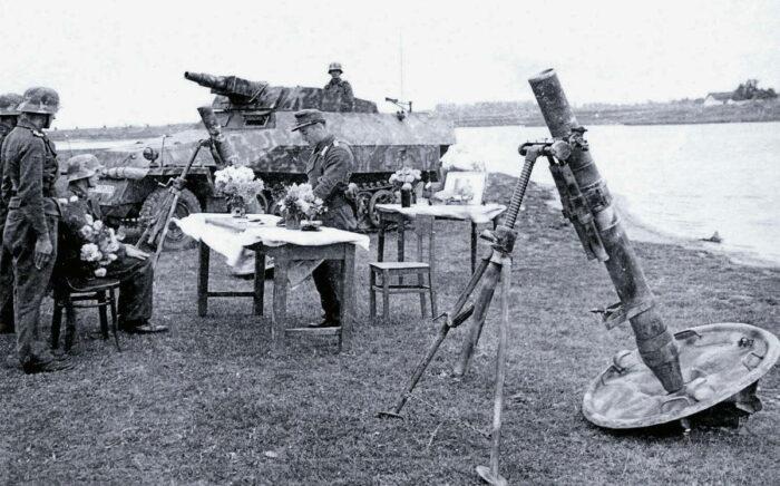 12-см Granatwerfer 42 на фоне процедуры награждения