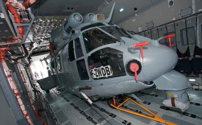 Размещение вертолет в грузовом отсеке А400М