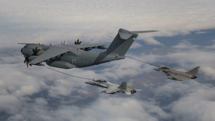 """Заправка самолетов F-18 и """"Еврофайтер"""" через баки под крыльями"""