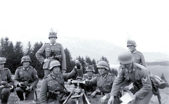 Расчет тяжелого миномета sGrW 34 состоял из шести человек: командира, наводчика, заряжающего и трех подающих