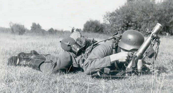 Пехотинец с легким немецким минометом leGrW 36