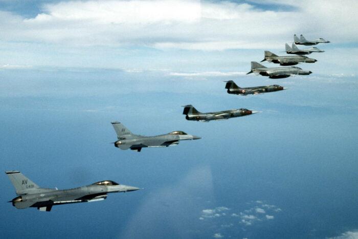 Ударные самолеты НАТО в небе над Эстонией
