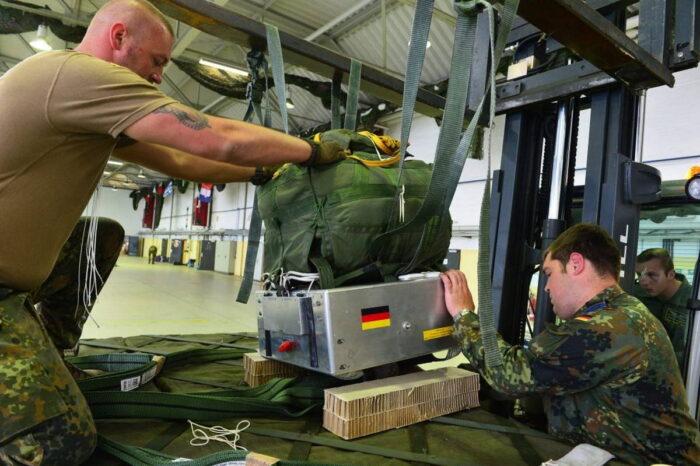 Монтаж парашютной системы SLG Sys на груз. В качестве подручного средства используется вилка погрузчика.