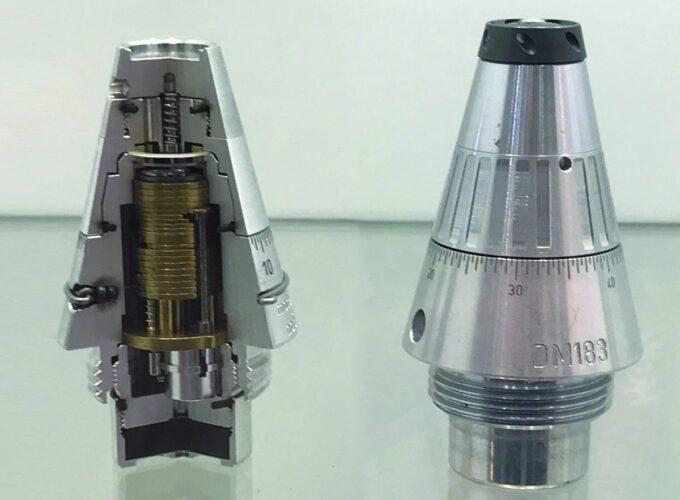 Взрыватели DM111S (слева) и DM183 (справа).