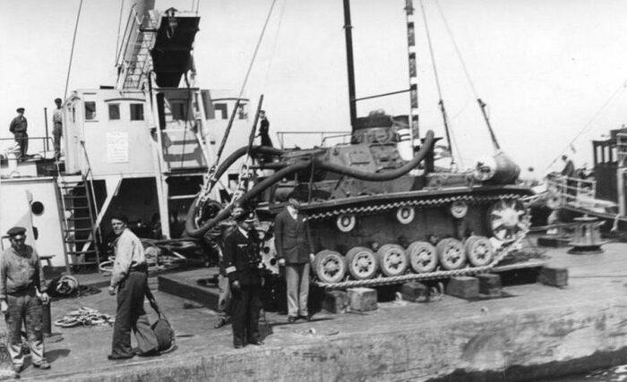 Tauchpanzer III с резиновым шлангом на испытаниях