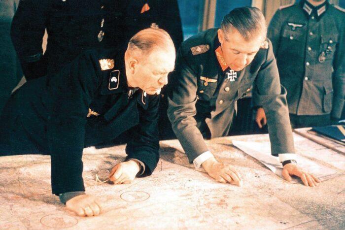 Х.Гудериан (слева) изучает обстановку. 1944 г.