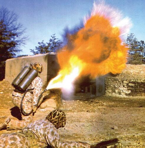 Боевая группа химической службы (Chemical Warfare Service) США атакует защищенный бункер. Используется огнемет М-1. Фото вероятно относится к 1941 или 1942 г.