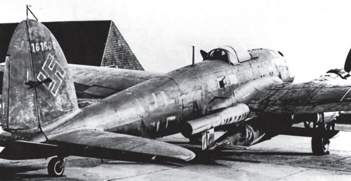 Бомбардировщик He 111 с Fi 103 под крылом
