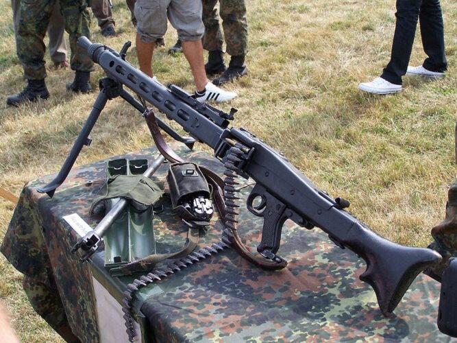 """Пулемет MG3 на сошке с запасным стволом и """"сплошной"""" (неразборной) лентой"""