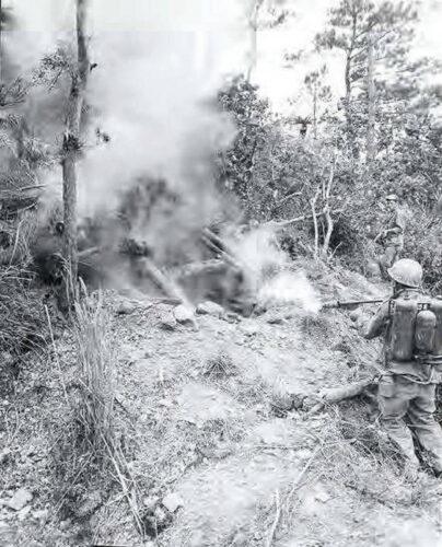 """Огнеметчик морской пехоты США """"выкуривает"""" японских солдат из туннеля на о. Окинава. 1945 г."""