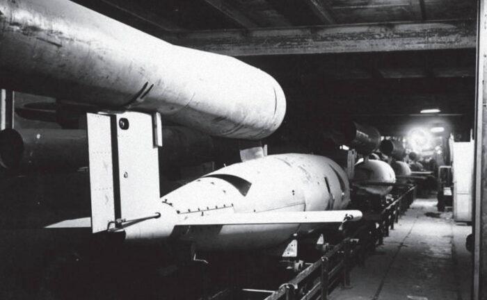 Производство летающей бомбы на заводе