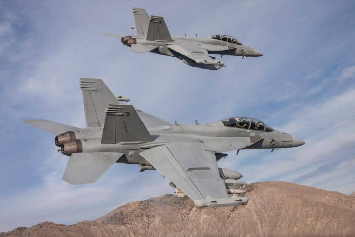 Самолеты  EA-18G Growler  в полете